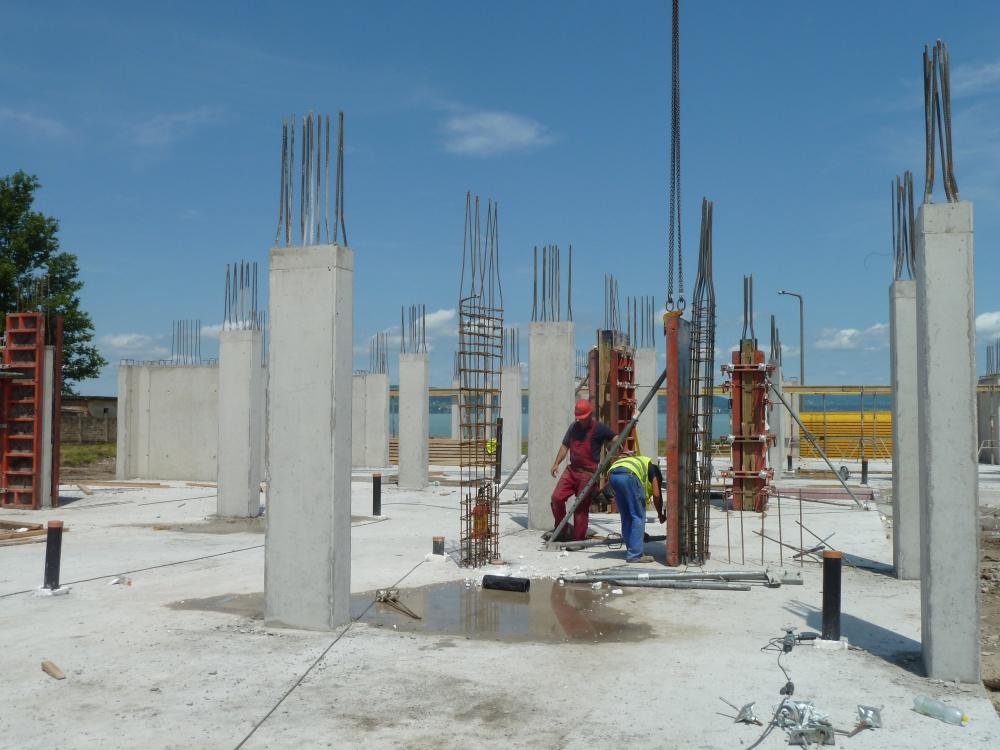 Halad az építkezés